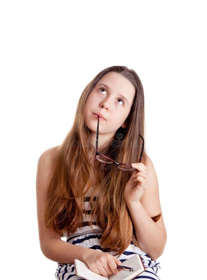 Portret młoda marzy dziewczyna nad bielem obrazy stock