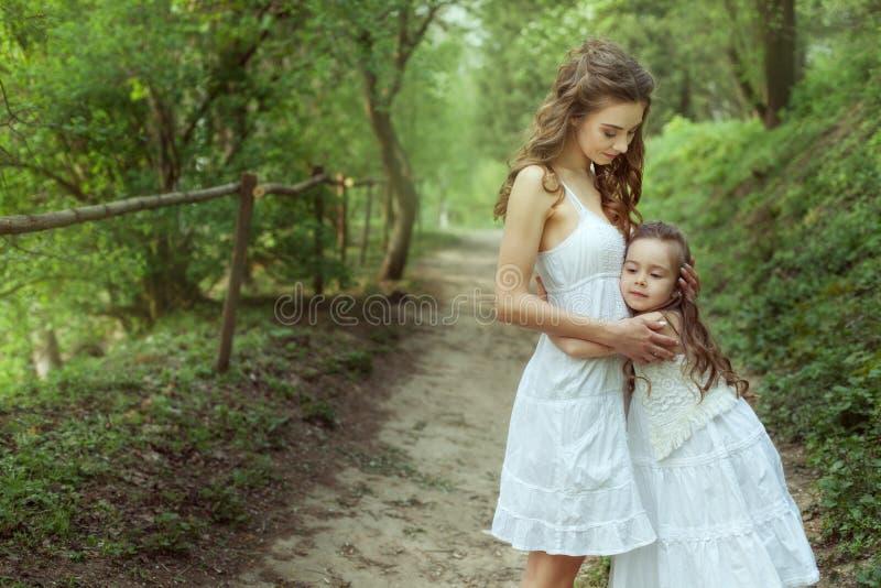 Portret młoda matka i jej córka w lesie obraz royalty free