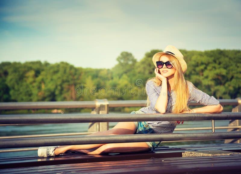 Portret Młoda modniś kobieta Relaksuje w parku obrazy stock