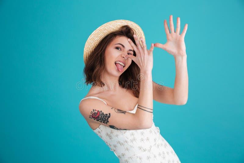 Portret młoda niemądra plażowa dziewczyna jest ubranym lato odziewa obraz stock