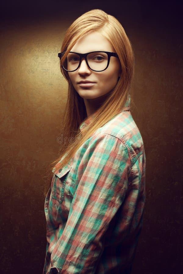 Portret młoda ono uśmiecha się piękna miedzianowłosa kobieta (imbirowa) zdjęcia stock