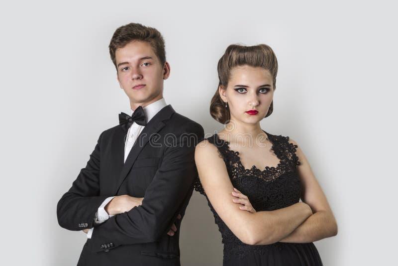Portret młoda para w eleganckim odziewa na szarym backgrou obraz royalty free