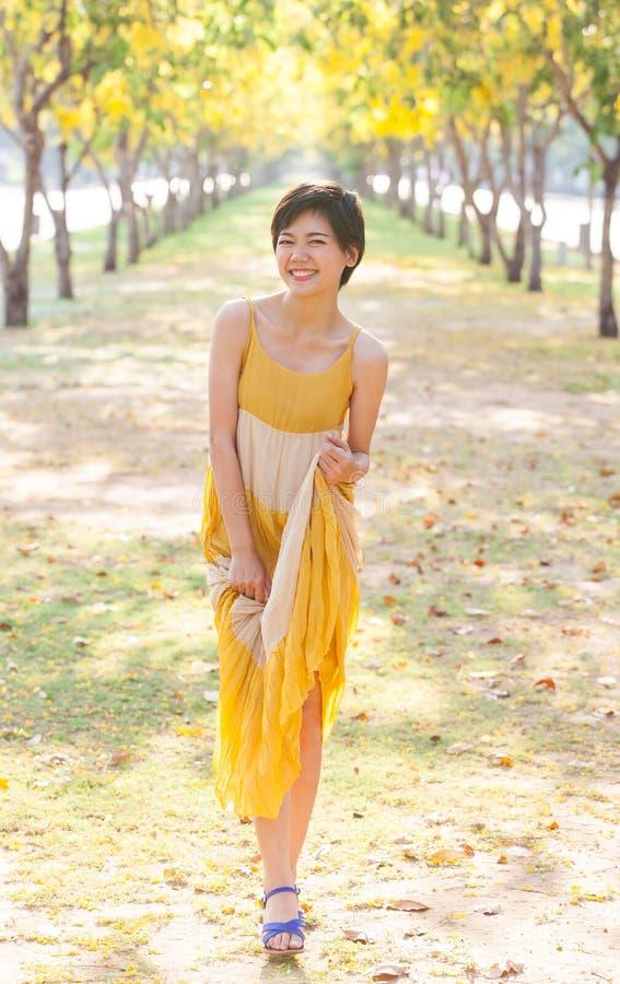 Portret młoda piękna azjatykcia kobieta jest ubranym koloru żółtego smokingowego rel zdjęcie stock
