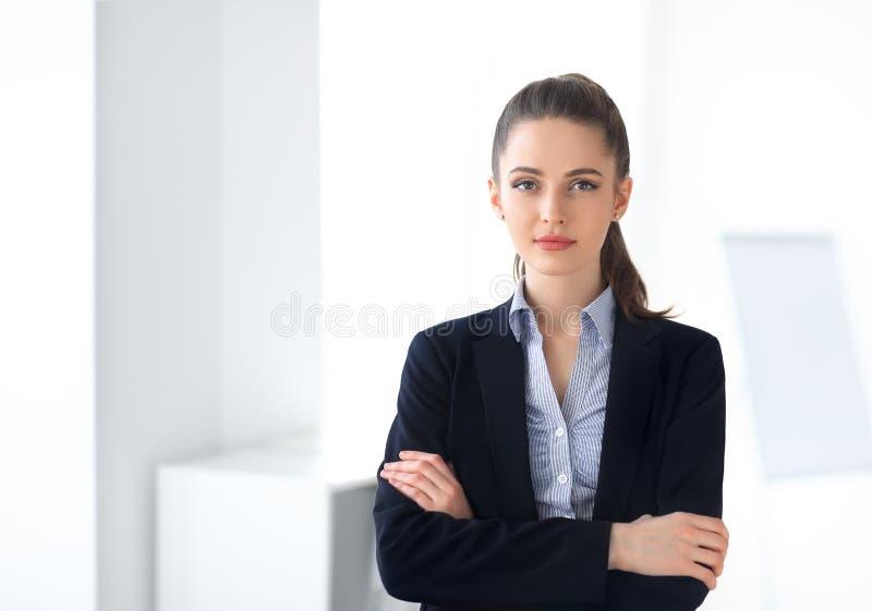 Portret młoda piękna biznesowa kobieta w biurze zdjęcie royalty free