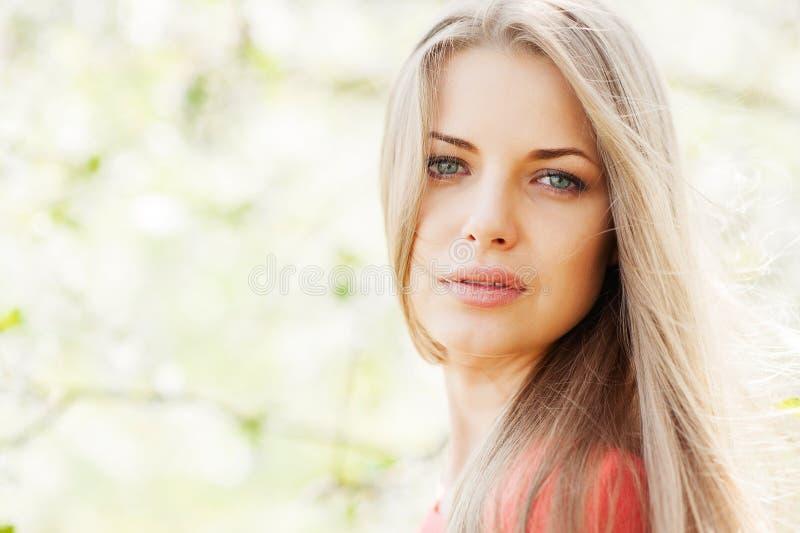Portret młoda piękna blond kobieta outdoors zdjęcia royalty free