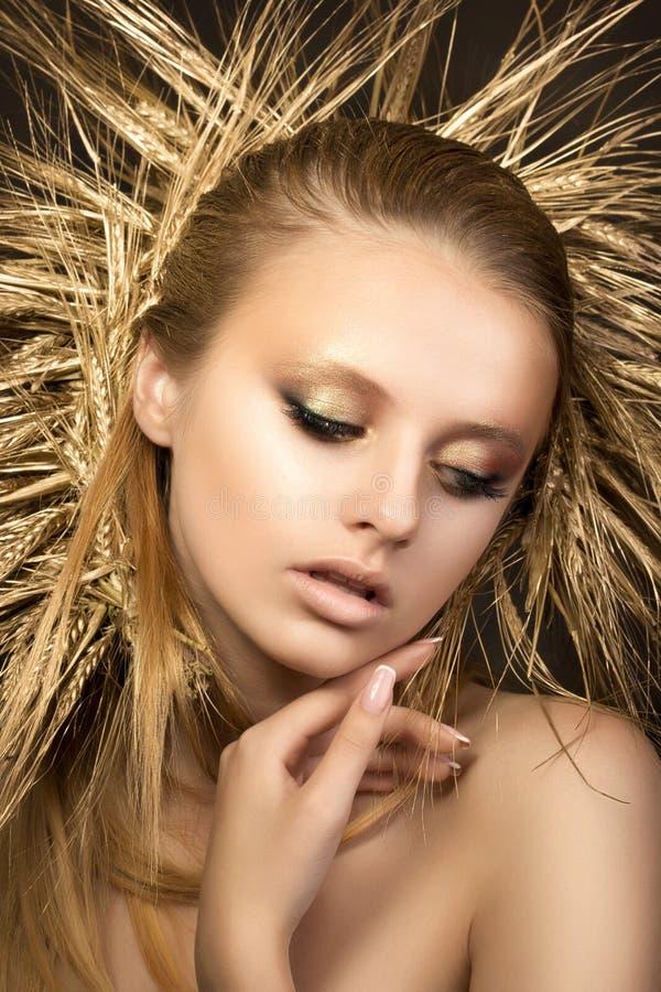 Portret młoda piękna blondynki dziewczyna z złotym ucho wiankiem obrazy stock