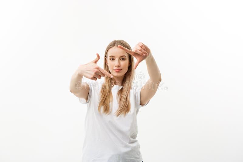 Portret młoda piękna caucasian kobieta z cheerfuly ono uśmiecha się robić kamery ramie z palcami Odizolowywający na bielu fotografia royalty free