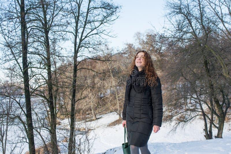 Portret młoda piękna czerwona włosiana europejska dziewczyna przyglądająca up w lesie obraz stock
