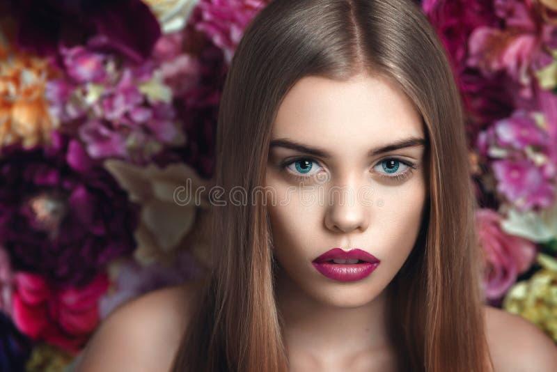 Portret młoda piękna dziewczyna blisko kwitnie obrazy stock