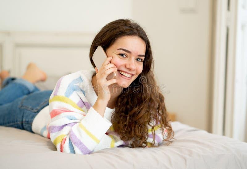Portret młoda piękna dziewczyna opowiada i gawędzi z frien zdjęcie stock