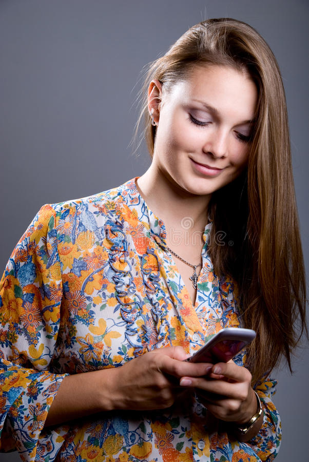 Portret młoda piękna dziewczyna w jaskrawym barwionym bluzki lo zdjęcie royalty free