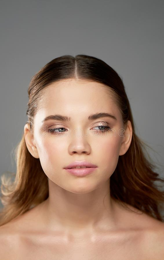 Portret młoda piękna dziewczyna w studiu, z fachowym makeup Piękno strzelanina Piękno portret Piękna dziewczyna fotografia royalty free
