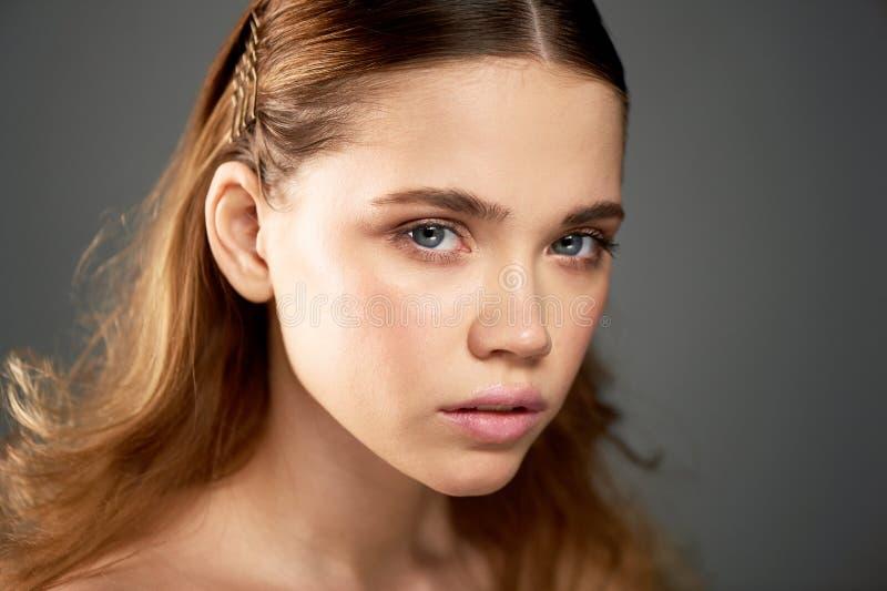 Portret młoda piękna dziewczyna w studiu, z fachowym makeup Piękno strzelanina Piękno portret Piękna dziewczyna obrazy royalty free