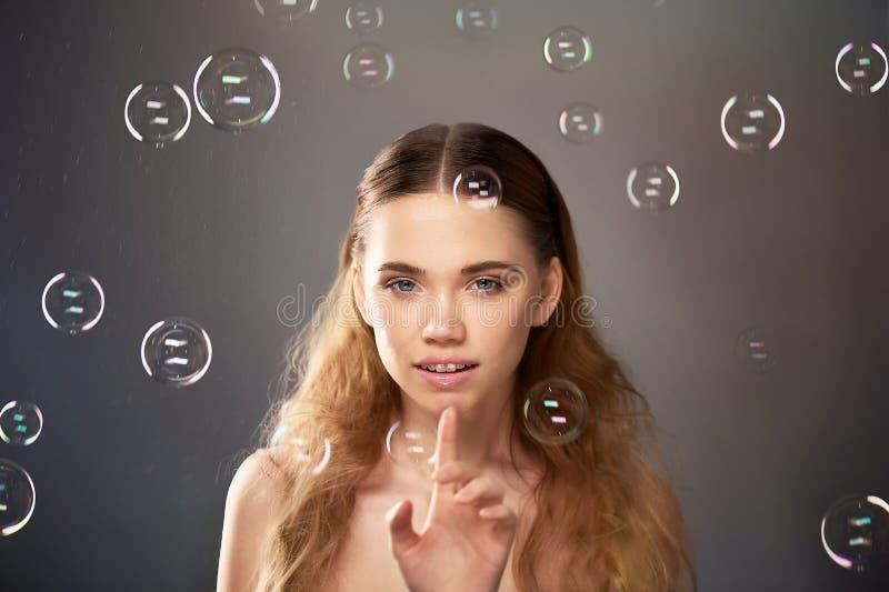 Portret młoda piękna dziewczyna w studiu, z fachowym makeup Piękno strzelanina bąbel Atmosfera lekkość fotografia royalty free