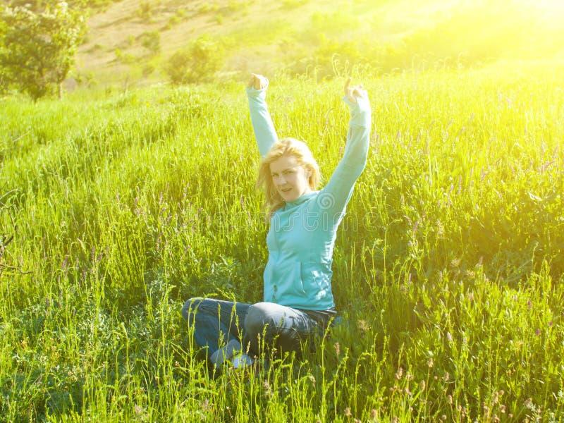 Portret młoda piękna dziewczyna w zielonym polu przy zmierzchem fotografia stock