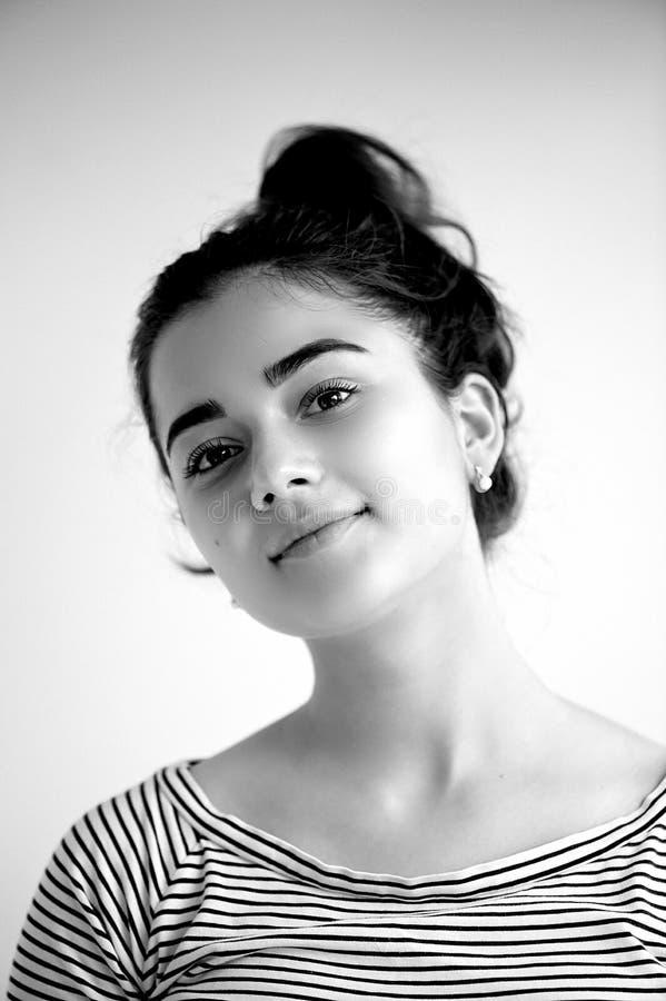 Portret młoda piękna dziewczyna z brązu czarni włosy i oczami Naturalny piękno z czystą rozjarzoną skórą, , Czarny i biały obraz royalty free