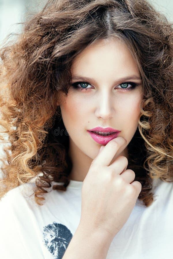 Portret młoda piękna dziewczyna z kędzierzawym włosy zdjęcie royalty free