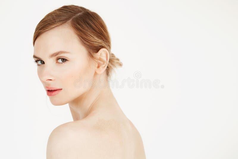 Portret młoda piękna dziewczyna z naturalnym uzupełniał uśmiecha się patrzejący kamerę nad białym tłem Kosmetologia i fotografia royalty free