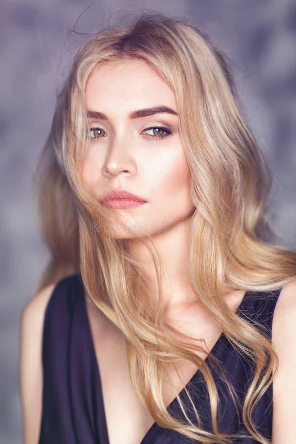 Portret młoda piękna dziewczyna z zadumanym spojrzeniem zdjęcie royalty free