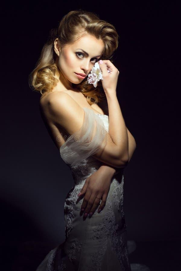 Portret młoda piękna Europejska panna młoda jest ubranym ślubną togę fotografia stock