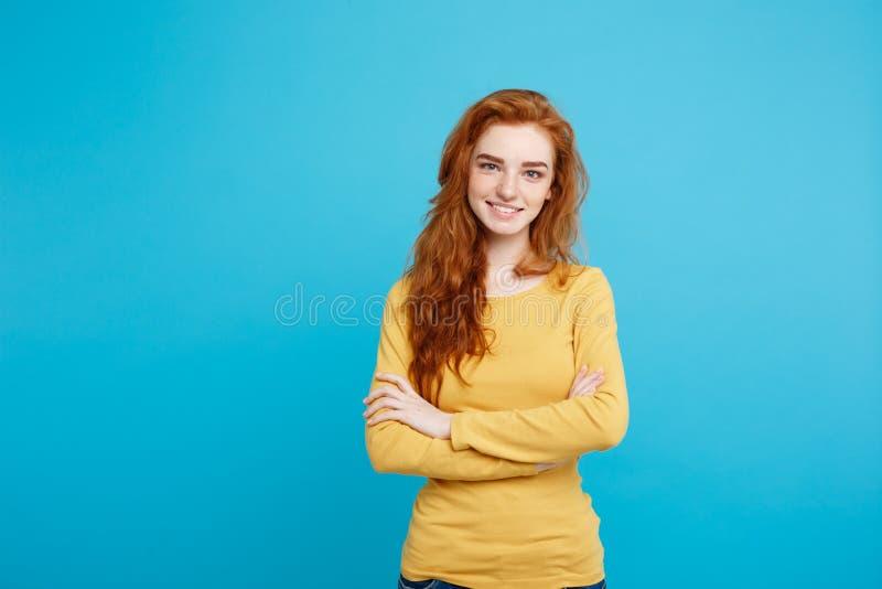 Portret młoda piękna imbirowa kobieta cheerfuly ono uśmiecha się z piegami patrzejący kamerę Odizolowywający na pastelowym błękic zdjęcia stock