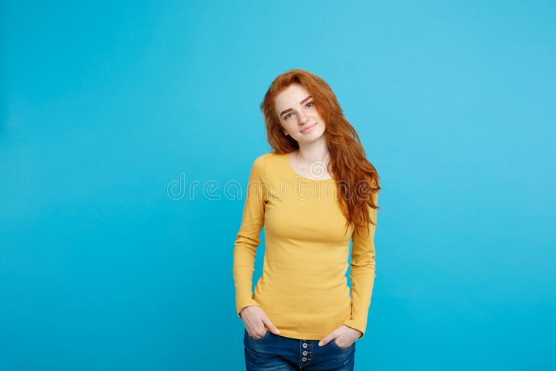 Portret młoda piękna imbirowa kobieta cheerfuly ono uśmiecha się z piegami patrzejący kamerę Odizolowywający na pastelowym błękic zdjęcie royalty free