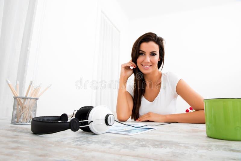 Download Portret Młoda, Piękna Kobieta, Obraz Stock - Obraz złożonej z szczęśliwy, piękno: 57654681