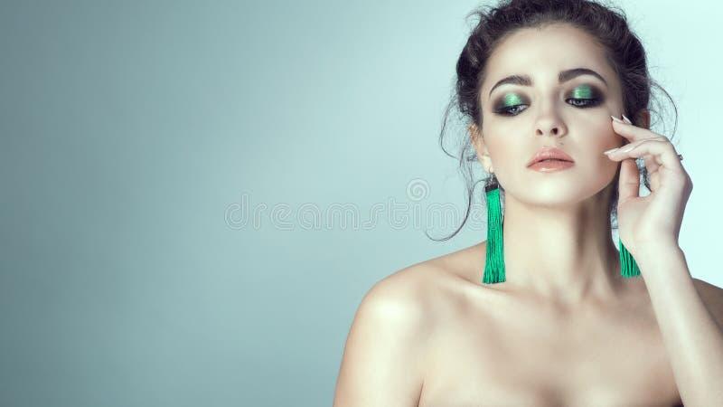 Portret młoda piękna kobieta dotyka jej twarz z robiącymi manikiur palcami z perfect skórą i jaskrawym makijażem zdjęcie royalty free