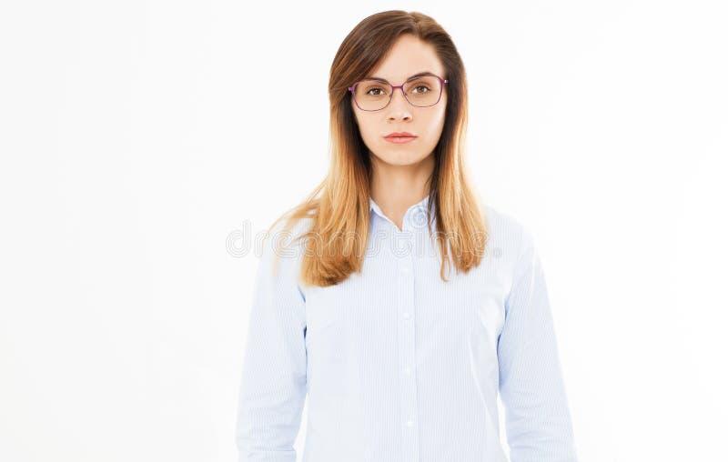Portret młoda piękna kobieta jest ubranym szkła przeciw białemu tłu fotografia royalty free