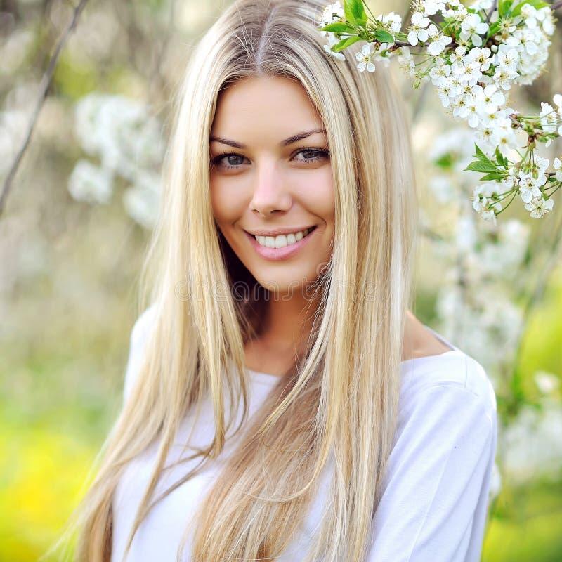 Portret młoda piękna kobieta na zielonym tła lata na, obraz stock