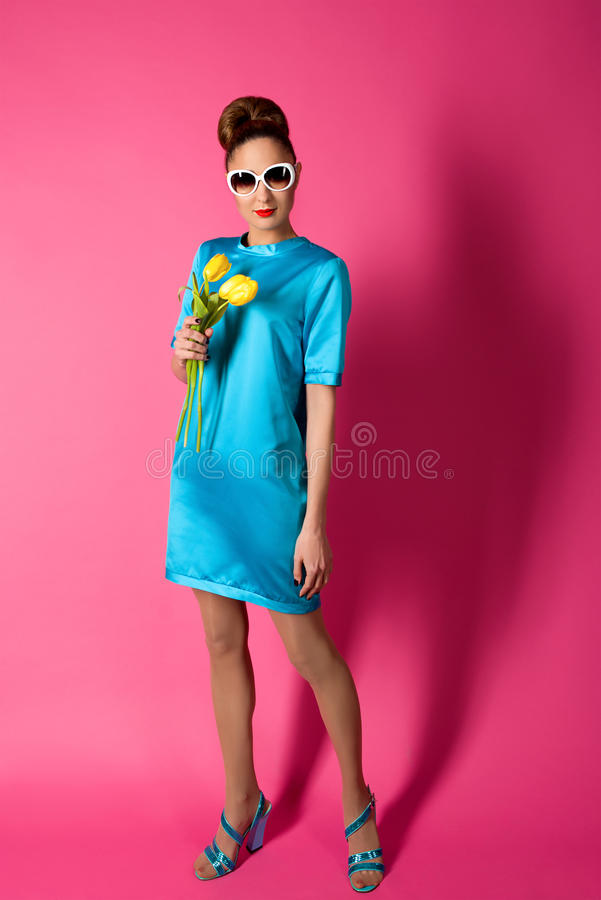 Portret młoda piękna kobieta w błękitnej jedwab sukni obrazy royalty free