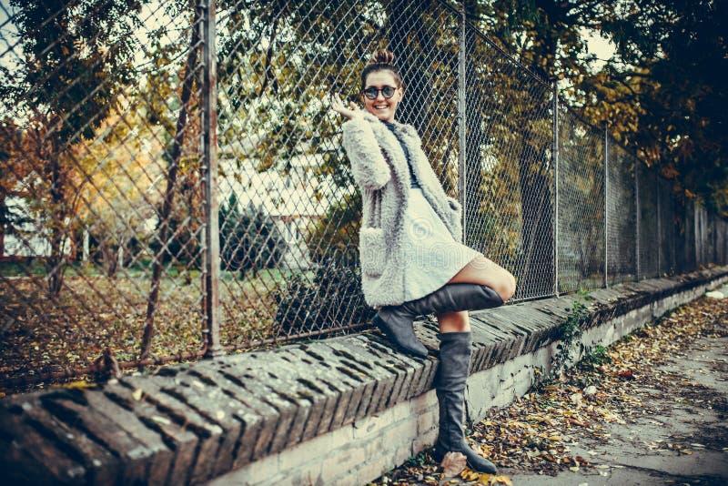 Portret młoda piękna kobieta w miastowym tle zdjęcie royalty free