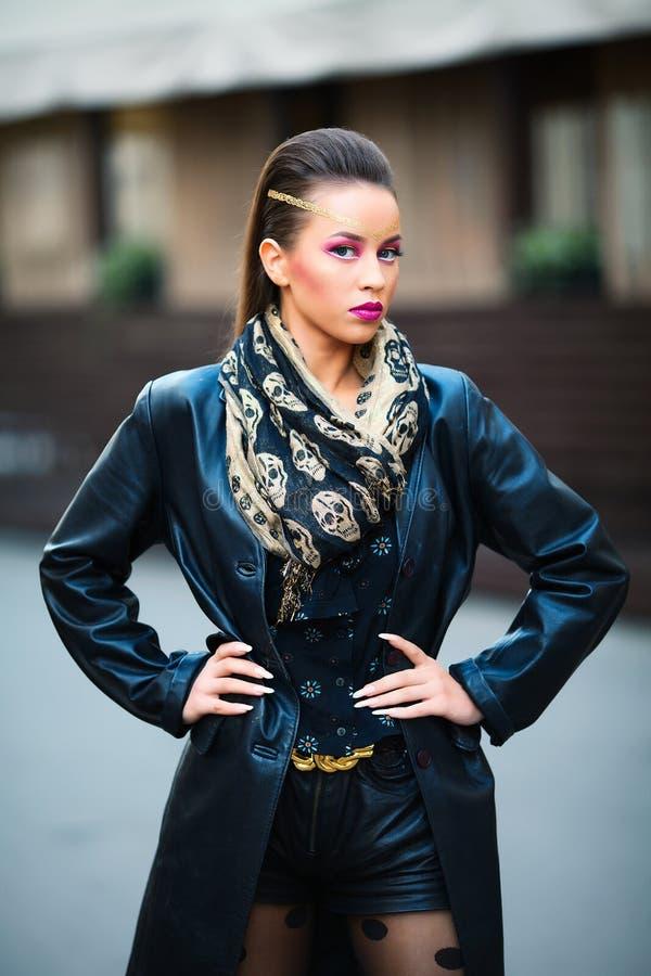 Portret młoda piękna kobieta w miastowym tle obrazy royalty free