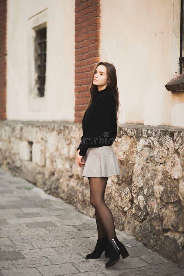 Portret młoda piękna kobieta w miastowym tle zdjęcie stock