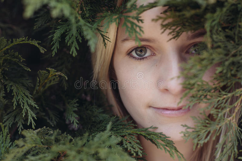 Portret młoda piękna kobieta w ogródzie, zamyka w górę twarzy piękna młoda dorosła kobieta zdjęcia royalty free