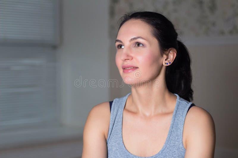 portret młoda piękna kobieta w sportach odziewa zdjęcia stock