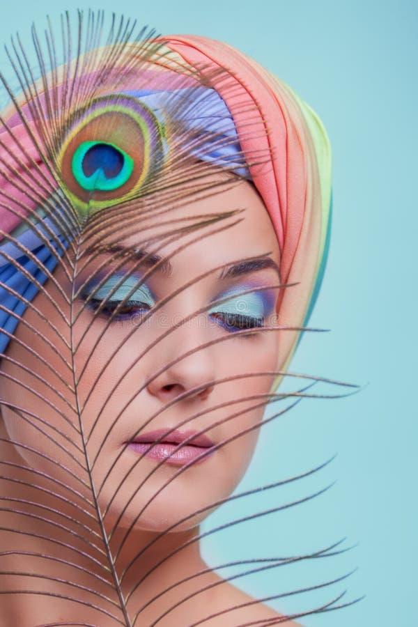 Portret młoda piękna kobieta w turbanu i pawia feathe zdjęcie stock