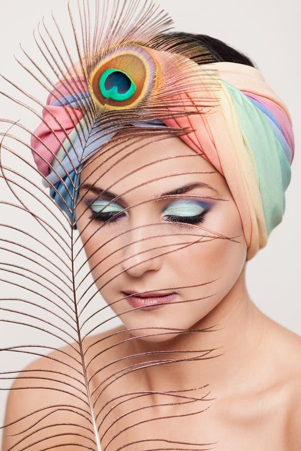 Portret młoda piękna kobieta w turbanu i pawia feathe obrazy royalty free