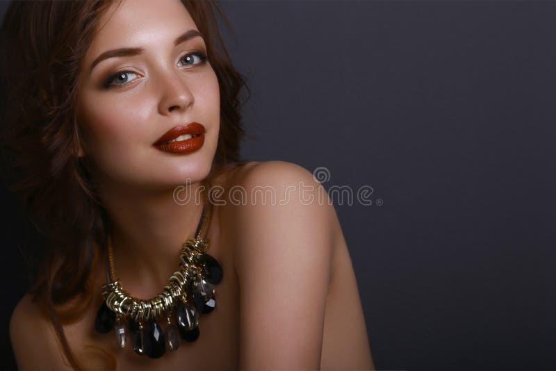 Portret młoda piękna kobieta z biżuterią obrazy royalty free