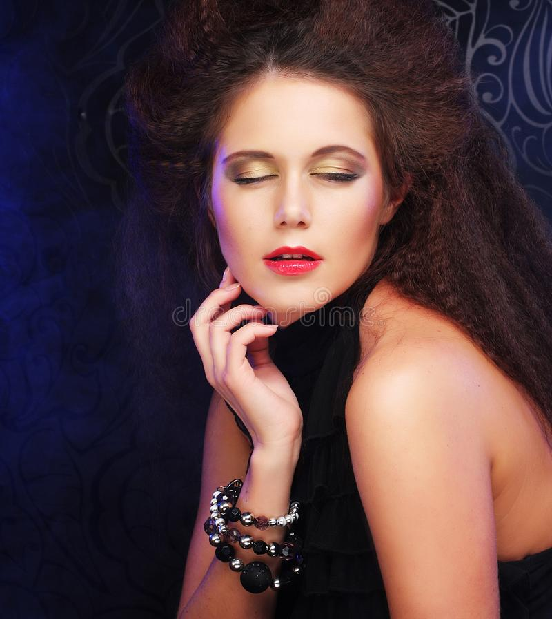 Portret młoda piękna kobieta z długim brown włosy i czerwienią obrazy stock