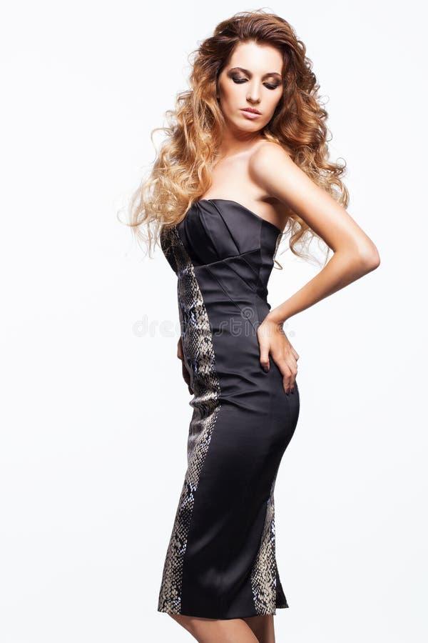 Portret młoda piękna kobieta z kędzierzawym kostrzewiastym włosianym stylem zdjęcia royalty free