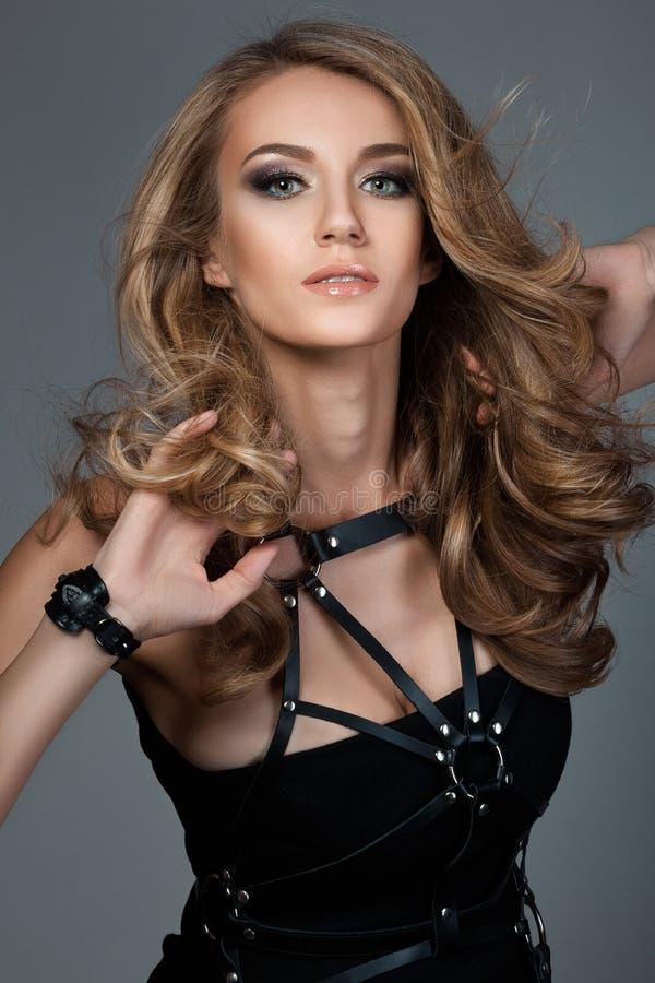 Portret młoda piękna kobieta z oddalonym włosy zdjęcie stock