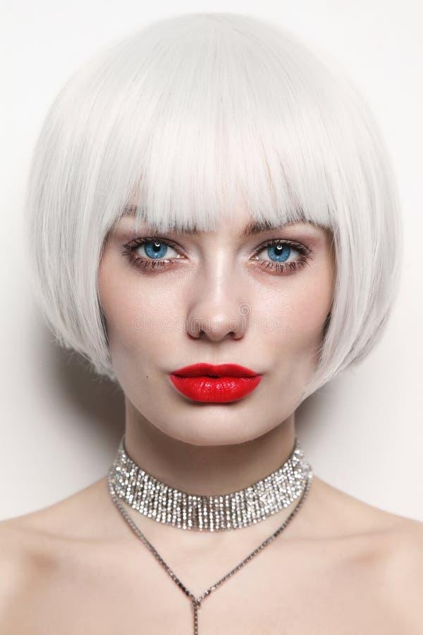 Portret młoda piękna kobieta z platyny blondynki czerwieni i włosy wargami obraz stock