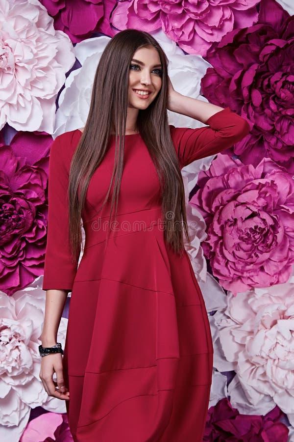 Portret młoda piękna kobiety odzieży czerwieni sukni seksowna brunetka obraz stock