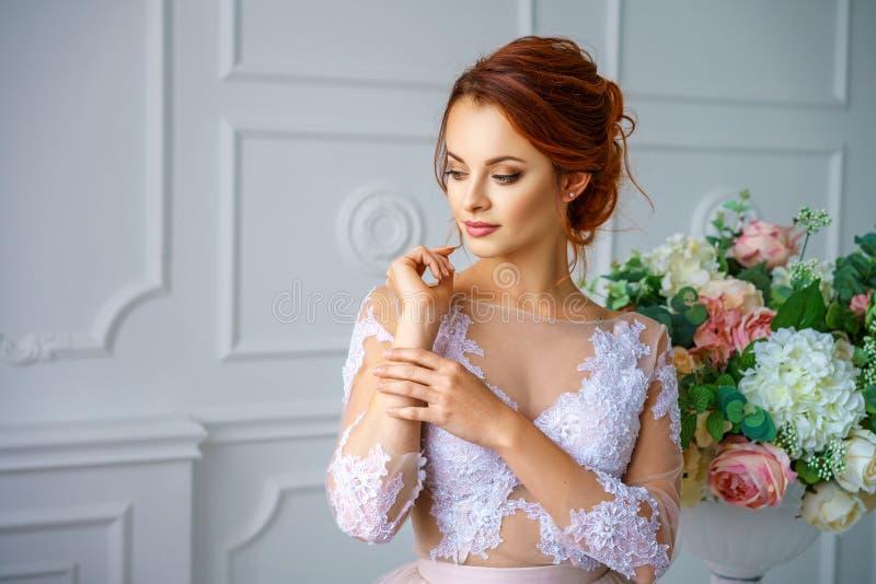 Portret młoda piękna miedzianowłosa kobieta w pięknej delikatnej sukni fotografia royalty free