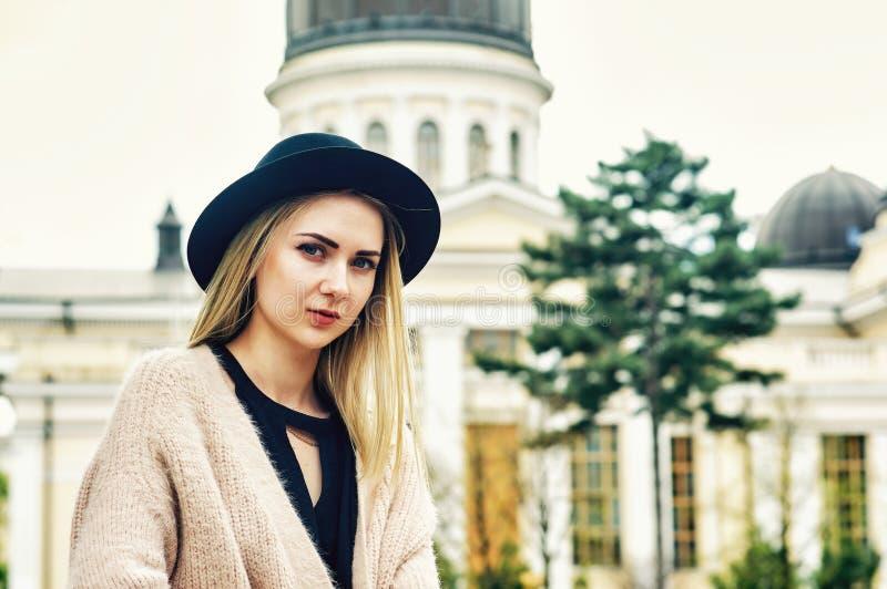 Portret młoda piękna modna kobieta, dziewczyna pozuje na ulicie stary Europejski miasto obrazy royalty free