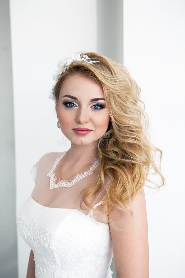 Portret młoda piękna panna młoda nad białym tłem zdjęcia royalty free
