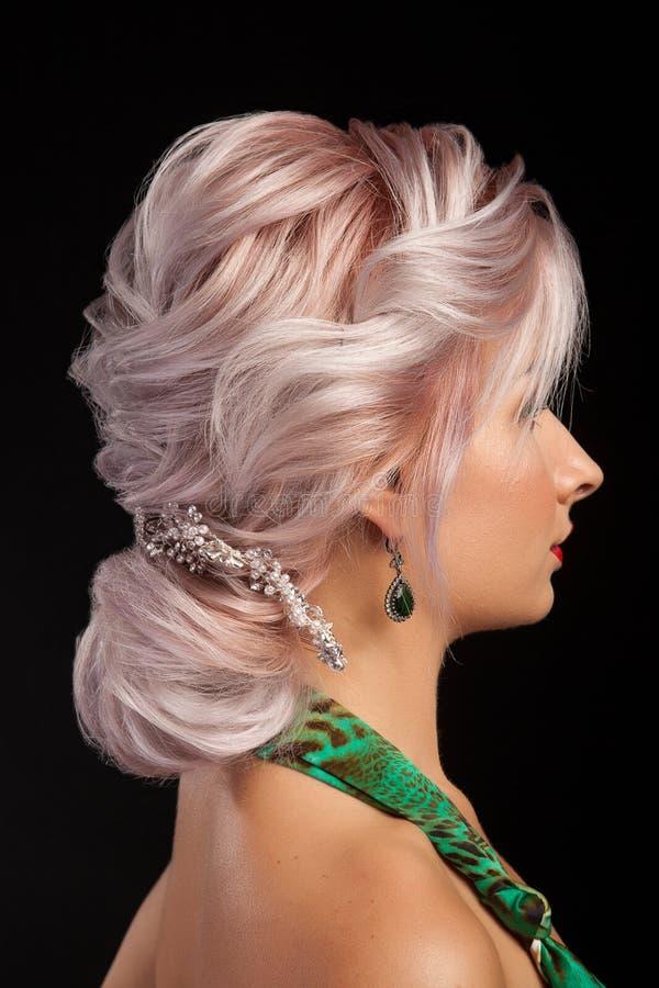 Portret młoda piękna panna młoda z nowożytną fryzurą zdjęcia royalty free