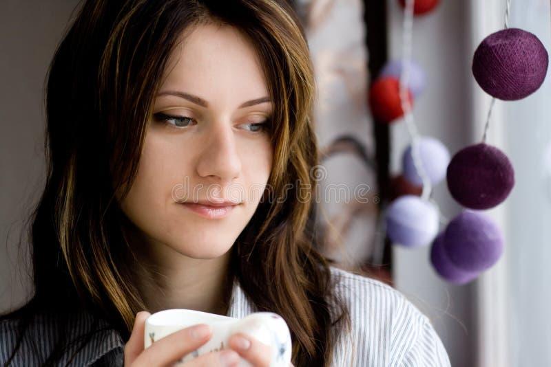 Portret młoda piękna smutna brunetka w mężczyzna koszula okno obrazy stock