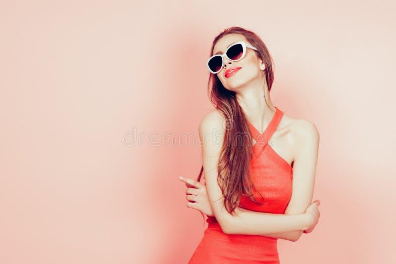 Portret młoda piękna szczupła kobieta jest ubranym okulary przeciwsłonecznych w seksownej sukni z zmysłowymi wargami w studiu ono fotografia stock